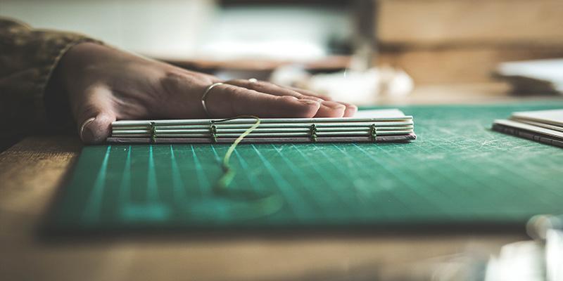 La reliure: fil, aiguille (un peu de colle) et beaucoup de patience
